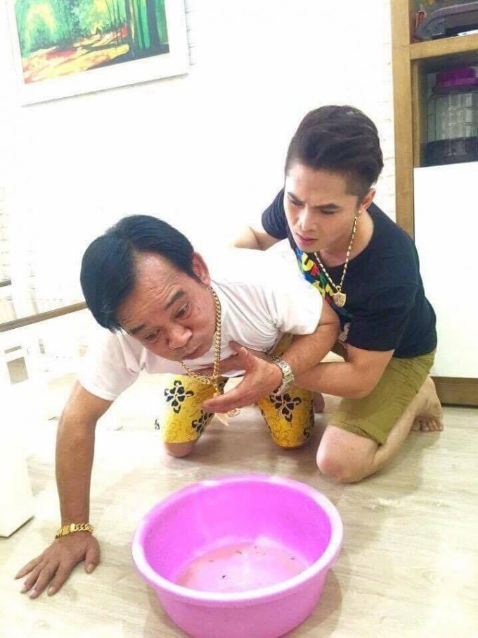 Ca sỹ Du Thiên, nghệ sỹ Quang Tèo trong cảnh nôn vì ăn nhầm thịt chuột. (Ảnh: Minh Long).