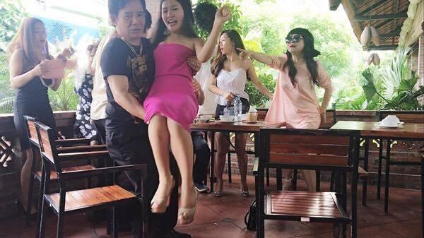 Nghệ sỹ Quang Tèo, diễn viên Hoàng Yến một cảnh đánh ghen trong phim. (Ảnh: Minh Long).