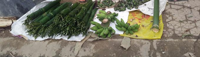 Chuối, cau, lá dong, ống lùng được bày bán tại chợ Thị trấn Kim Sơn.