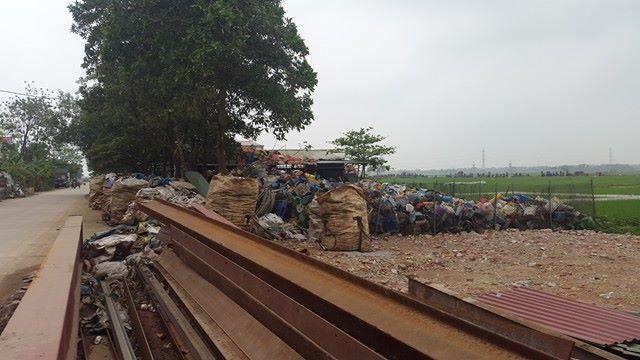 Đường dân sinh của xã đâu đâu cũng có rác.