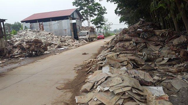 Hai bên con đường dân sinh chất đầy rác rất mất mỹ quan.