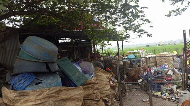 Không chỉ trên đường mà có nhà để chất chứa rác thải