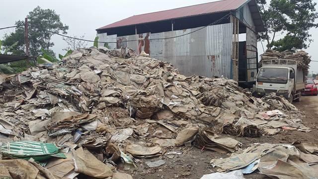 Người dân tự ý xây nhà trái phép làm bãi tập kết rác.