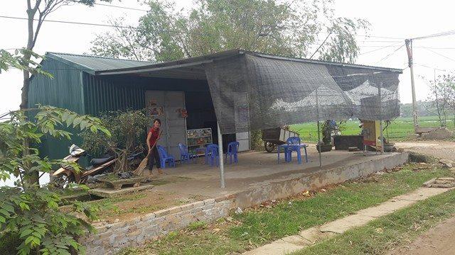 Tự ý lấn chiếm đất công xây dựng lều quán bán hàng.