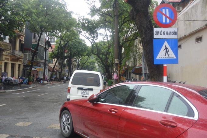 Biển bảng cấm đổ xe ngày chẵn.