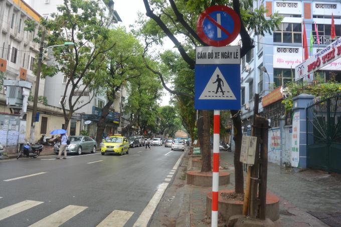 Bảng biển cấm đỗ xe ngày lẽ