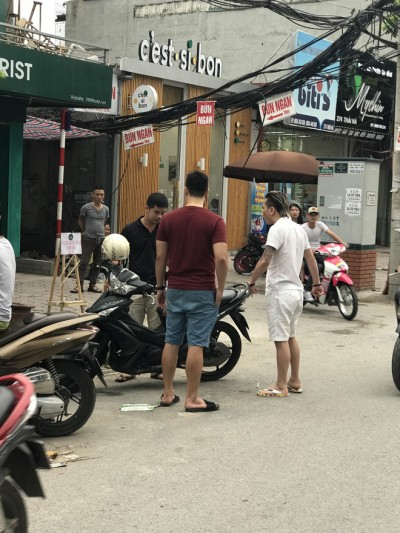 Vụ va chạm gây nhiều chú ý của những người đi đường. ( ảnh: Facebook)