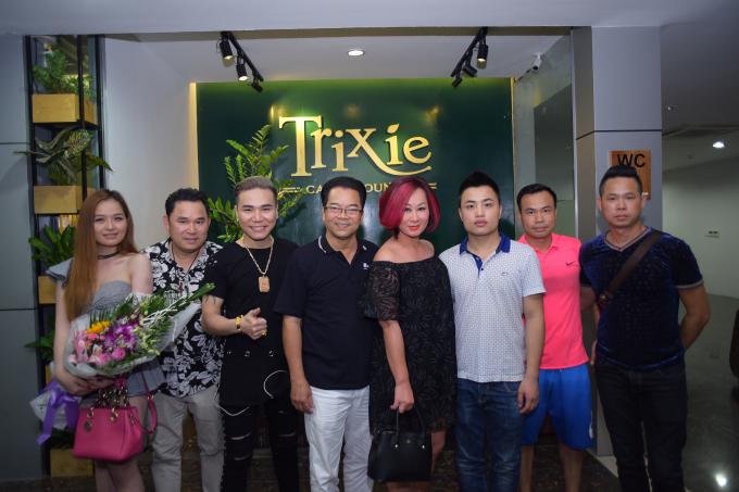 Nghệ sỹ Nhân dân Trần Nhượng đến chúc mừng nam ca sỹ.
