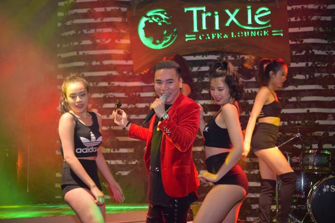 Ca sĩ Châu Việt Cường và nhóm nhảy