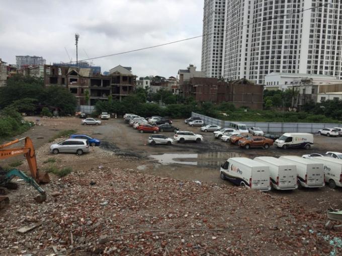 Bãi trông xe không phép trên đất dự án.