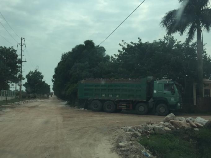 Con đường băm nát bởi xe quá khổ, quá tải chở nguyên vật liệu.