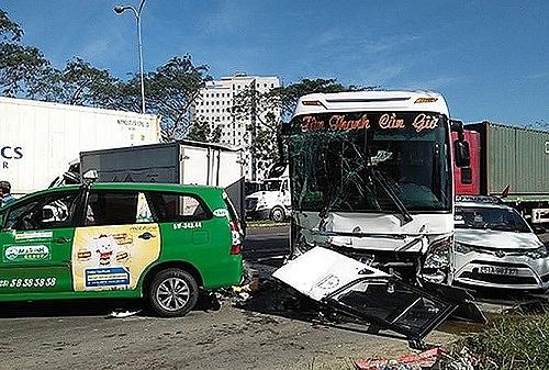Hiện trường vụ tai nạn tại cửa ngõ TP HCM sáng 30/12. Ảnh: báo Tiền Phong