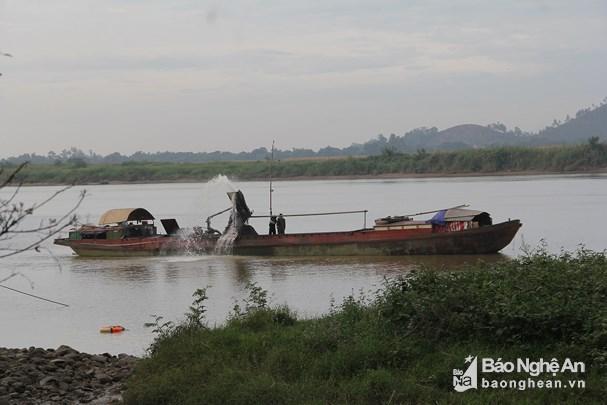 Một tàu hút cát trái phép trên sông Lam. Ảnh: báo Nghệ An
