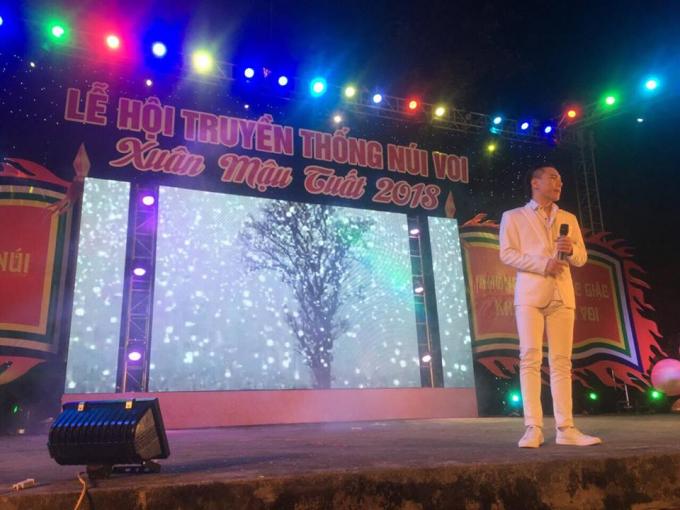 Ca sĩ Châu Việt Cường biểu diễn đầu xuân 2018.