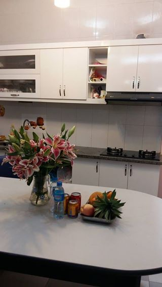Nhà rộng rãi và đầy đủ nội thất trong nhà, tủ bếp đẹp và đồ cao cấp.