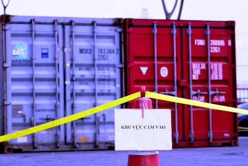 2 container chứa cả chục tấn khát được Hải quan Hải Phòng căng dây, đặt biển cấm, bảo vệ nghiêm ngặt tại bãi lưu hàng hóa tại cảng Tân Vũ thuộc Công ty cổ phần Cảng Hải Phòng. Ảnh:Giang Chinh