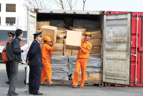 Nhà chức trách mở một container kiểm đếm được 352 thùng carton chứa lá khát. Ảnh:Giang Chinh