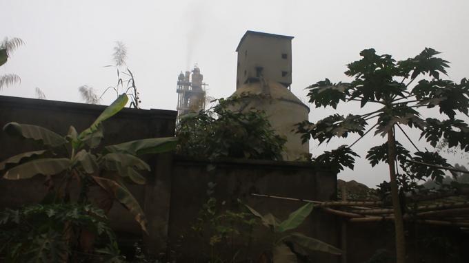 Lò quay củaCông ty Cổ phần Xi măng Phú Thọ nằm sát với nhà ông Nguyễn Văn Hương ngày đêm hoạt động xả khói bụi liên tục gây ảnh hưởng đến đời sống và sức khỏe của gia đình ông Hương và những hộ dân xung quanh.