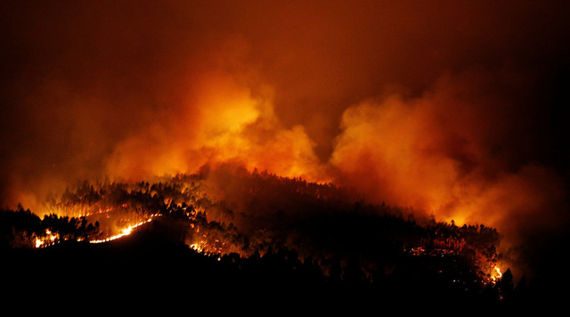 Nhiệt độ những ngày này ở Bồ Đào Nha là 40 độ C, kết hợp với gió và sấm sét từ cơn giông là nguyên nhân gây bùng phát đám cháy. Ngọn lửa được cho là bùng phát từ 2h chiều ngày 17/6. (Ảnh: Reuters)
