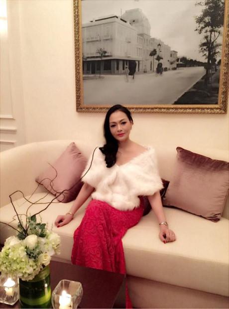 Ở độ tuổi ngũ tuần, bà Kim Hoa luôn chọn cho mình những trang phục quí phái, trang nhã.