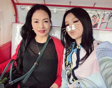 Mặc dù đã ngoài 50, nhưng bà Kim Hoa vẫn rất thon thả, làn da trắng và gu thời trang không hề thua kém cô con gái vốn nổi tiếng về việc diện hàng hiệu của mình.