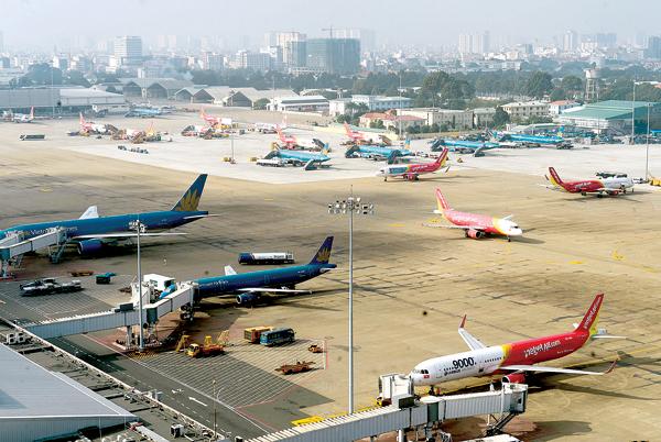 Hạ tầng quá tải trầm trọng khiến cảng hàng không Tân Sơn Nhất thường xuyên ùn tắc trên trời, trong khu bay và nhà ga - Ảnh: Thanh Bình