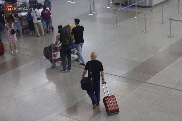 Flores đến Việt Nam lần này trong hai tuần và gây ra nhiều ồn ào. Đầu tiên, cao thủ Vịnh Xuân 41 tuổi lên tiếng thách đấu chưởng môn Nam Huỳnh Đạo Huỳnh Tuấn Kiệt nhưng không thành. Sau đó ông bay ra Hà Nội vì nhận lời thách đấu của võ sư Đoàn Bảo Châu và ông Trần Lê Hoài Linh.