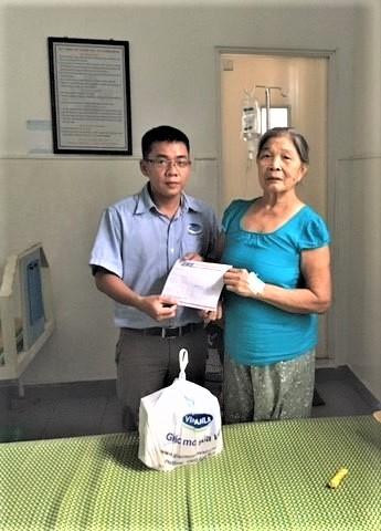 Đại diện Vinamilk thăm hỏi, động viên và trao quà cho mẹ Nguyễn Thị Nhung, trú tại Cẩm Hà, Hội An, Quảng Nam.