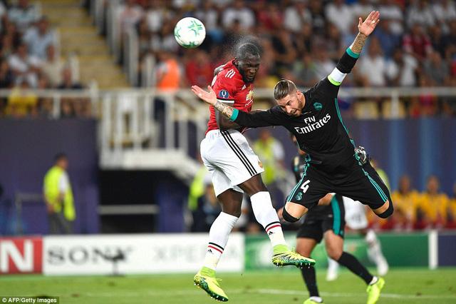 Lukaku và Ramos trong một tình huống không chiến