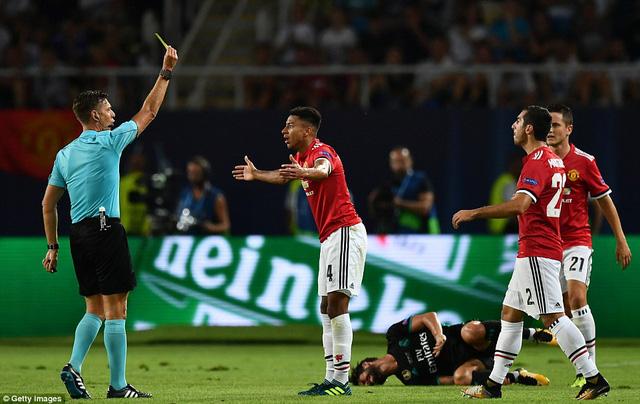 Lingard nhận thẻ vàng sau tình huống phạm lỗi với cầu thủ Real Madrid