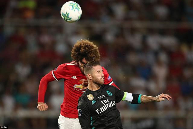 Fellaini đổ máu sau tình huống va chạm với Ramos