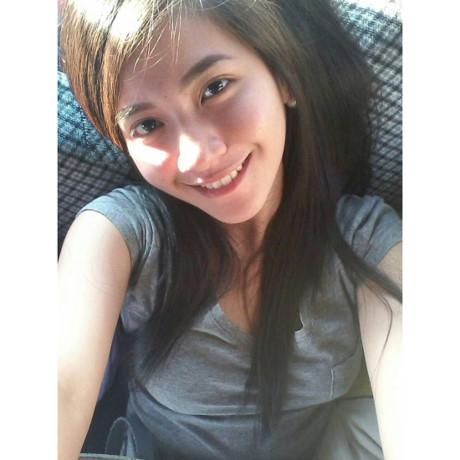 Cô gái người Philippines sở hữu gương mặt xinh xắn, tốt nghiệp cử nhân 3 chuyên ngành: Phát triển truyền thông, Tâm lý học và Tư vấn của trường Đại học St Scholastica.
