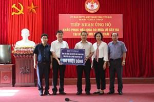 Thứ trưởng Bộ Tư pháp Trần Tiến Dũng trao 100 triệu đồng cho đại diện lãnh đạo UBND tỉnh Yên Bái
