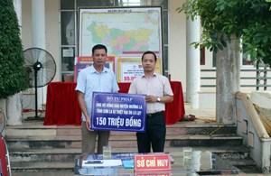 Thứ trưởng Trần Tiến Dũng trao 150 triệu đồng cho đại diện lãnh đạo huyện Mường La