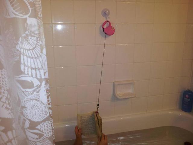 Người ta thường đánh rơi sách xuống sàn ướt trong nhà vệ sinh. Nhưng đây là cách lũ trẻ nghĩ ra để khắc phục tình trạng này.
