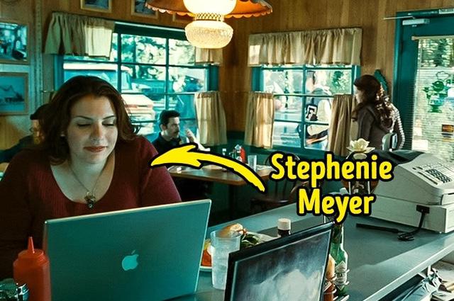 """Stephenie Meyer- tác giả của bộ tiểu thuyết """"Twilight """" đã từng xuất hiện trong serie phim về mà ca rồng cùng tên. Cụ thể, đó là cảnh phim mà Bella và Charlie ở trong nhà hàng và nhà văn này chính là người phụ nữ có mái tóc màu nâu đang dùng laptop ngồi ngay đằng sau hai nhân vật chính."""