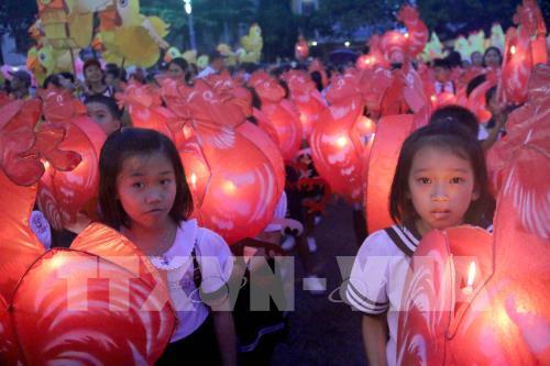 Các em thiếu nhi trong Lễ hội rước đèn Trung thu. Ảnh: Nguyễn Thanh - TTXVN