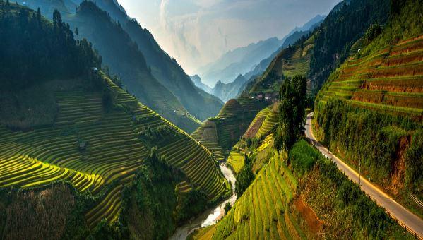 Xen lẫn địa hình đồi núi là những chiếc ruộng bậc thang trải dài.