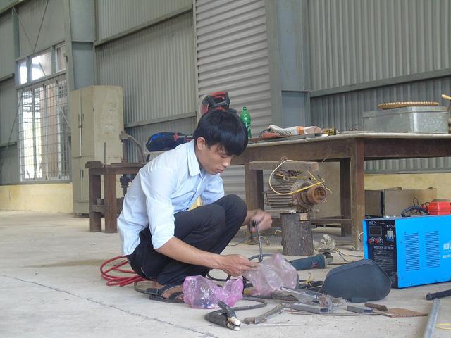 Với mong muốn tạo ra một sản phẩm giá rẻ cho người khuyết tật, Nguyễn Mạnh Hùng đã nghiên cứu để tạo ra một chiếc xe lăn điện