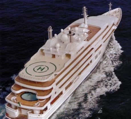 Du thuyền là phương tiện yêu thích của giới siêu giàu, hoàng gia Arab Saudi cũng không ngoại lệ. Du thuyền rộng lớn của nhà vua có chỗ ngủ cho 30 người, chưa kể 20 thành viên thuỷ thủ đoàn, cùng phòng tiệc được thiết kế riêng.