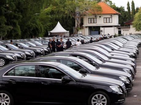 Chuyến đi của Quốc vương Arab còn có đoàn tuỳ tùng gồm 1.500 người, gần 500 tấn hành lý. Trong hành lý đặc biệt của ông còn có hai chiếc Mercedes-Benz S600. ít nhất 100 nhân viên an ninh và hơn 500 người giúp việc chỉ làm nhiệm vụ bảo vệ tài sản cho hoàng gia. Trong các chuyến đi, dàn xe limousine hạng sang được điều động để chuyên chở.