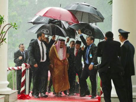 Đoàn gồm 10 bộ trưởng, 25 hoàng tử, 800 đại biểu, đến Indonesia trên 36 chuyến bay khác nhau trong 3 tuần. Khoảng 100 vệ sĩ lúc nào cũng túc trực bên cạnh ông. Một nhà vệ sinh đặc biệt còn được xây riêng cho vua Salman ở một thành đường. Ghế ngồi của ông tại Hạ viện Indonesia được thiết kế riêng.