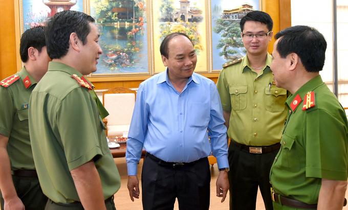 Thủ tướng trao đổi với lực lượng công an và kiểm lâm bên lề Hội nghị.