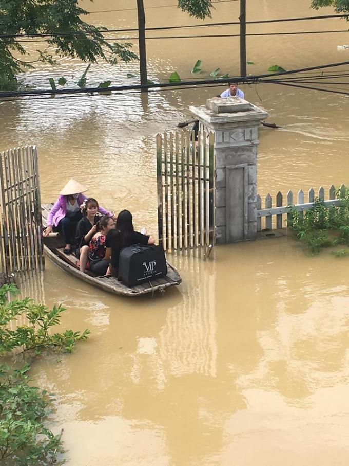Nước ngập ngang cổng nhà nên cô dâu cùng đội trang điểm phải di chuyển bằng thuyền vào địa điểm chụp ảnh.