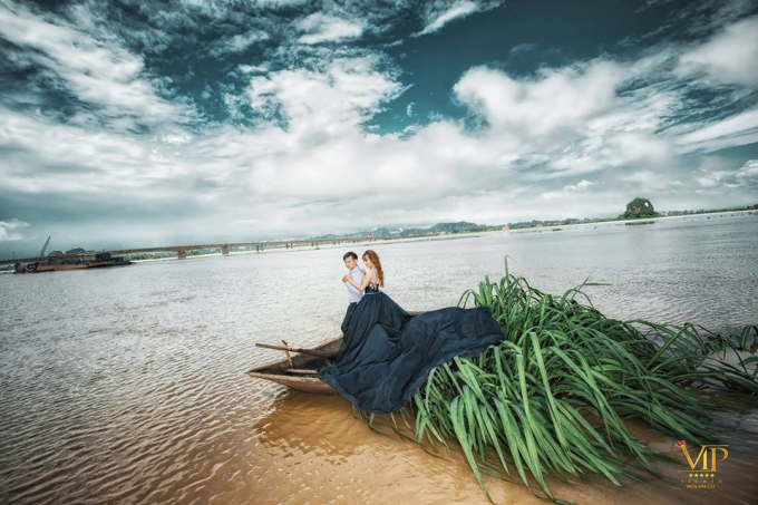 """Sau hai tiếng đồng hồ tạo dáng, họ đã có những tấm ảnh rất lãng mạn giữa """"mênh mang sông nước"""". Còn ekip phó nháy thì được trận… """"ngâm nước"""" lạnh run người."""
