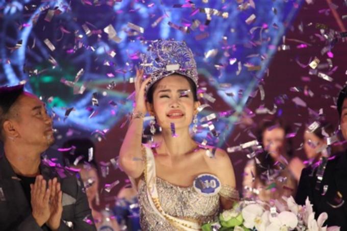 Lê Âu Ngân Anh trong khoảnh khắc đăng quang cuộc thi Hoa hậu Đại dương 2017.