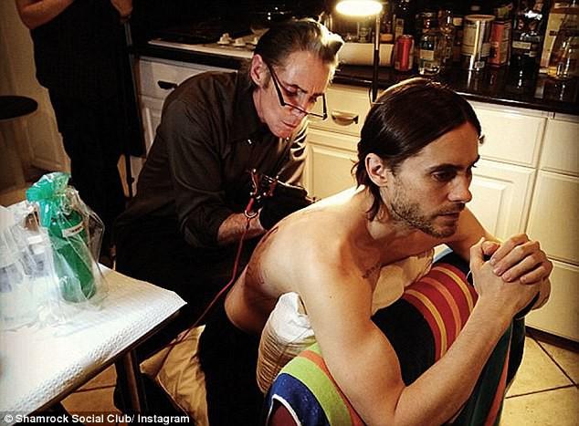 Tài tử Jared Leto ghé thăm tiệm xăm của Mark