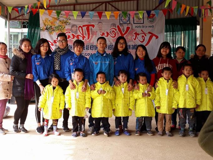 CLB Trái tim Tình nguyện chụp ảnh Chương trình Tết yêu thương ở Đà Bắc, Hòa Bình.