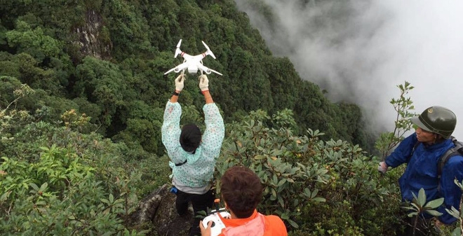 Thành viên đội cứu hộ phải dùng fly cam để quan sát (ảnh nhân vật cung cấp).