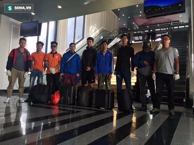 Anh Nguyễn Lê Anh cùng các thành viên đội tình nguyện cứu hộ có mặt ở khu nhà ga cáp treo để đi đến trụ T4 (ảnh nhân vật cung cấp)